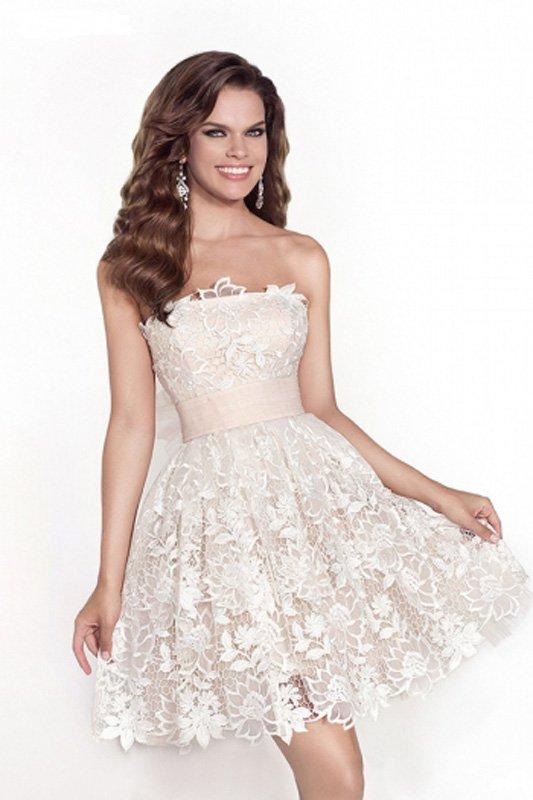 Розовое свадебное платье с короткой юбкой и кружевной отделкой.
