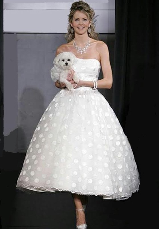 Пышное свадебное платье в ретро-стиле, с юбкой в крупный горошек.
