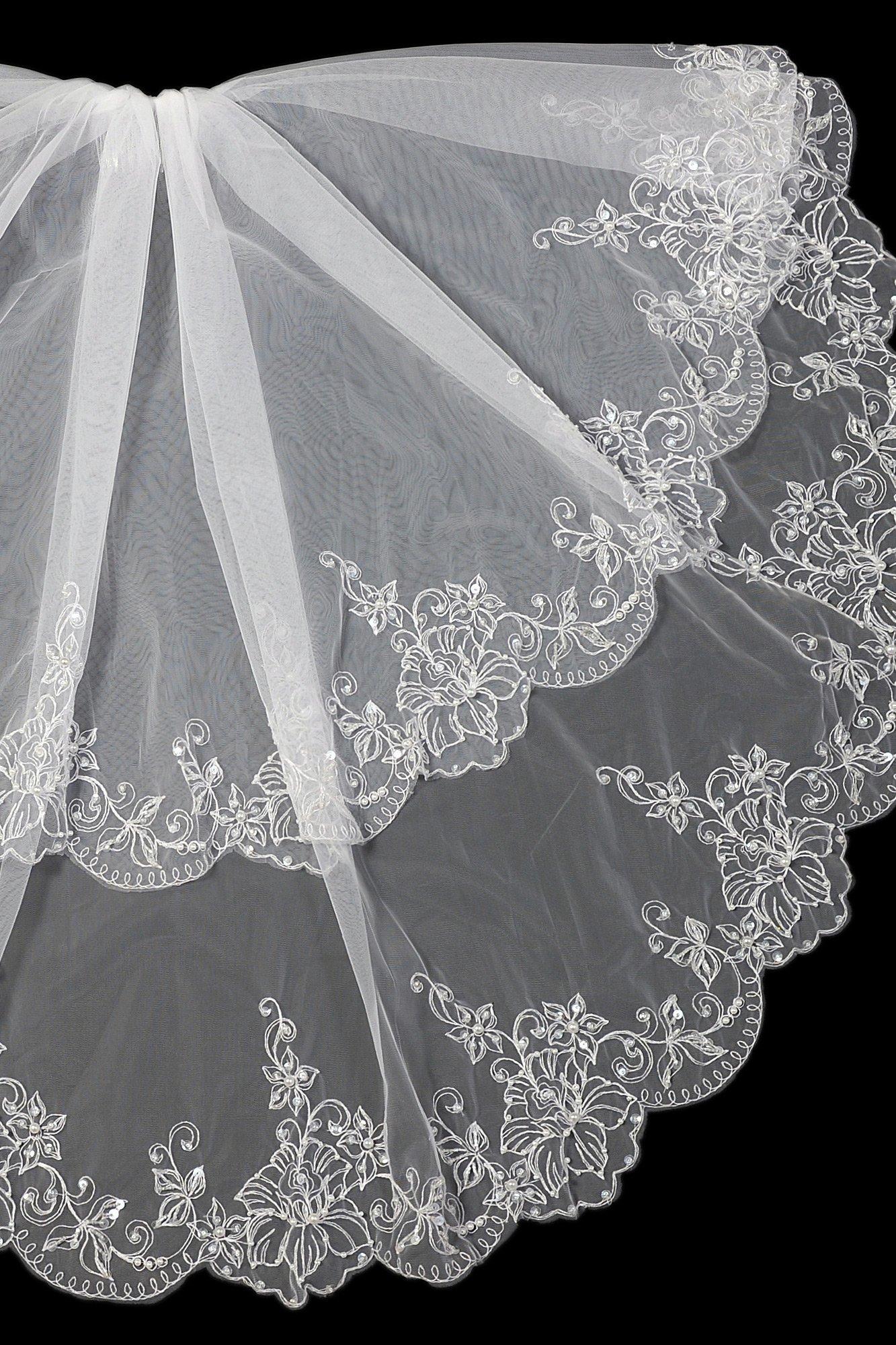 Полупрозрачная пышная фата из двух слоев разной длины, украшенная вышивкой.