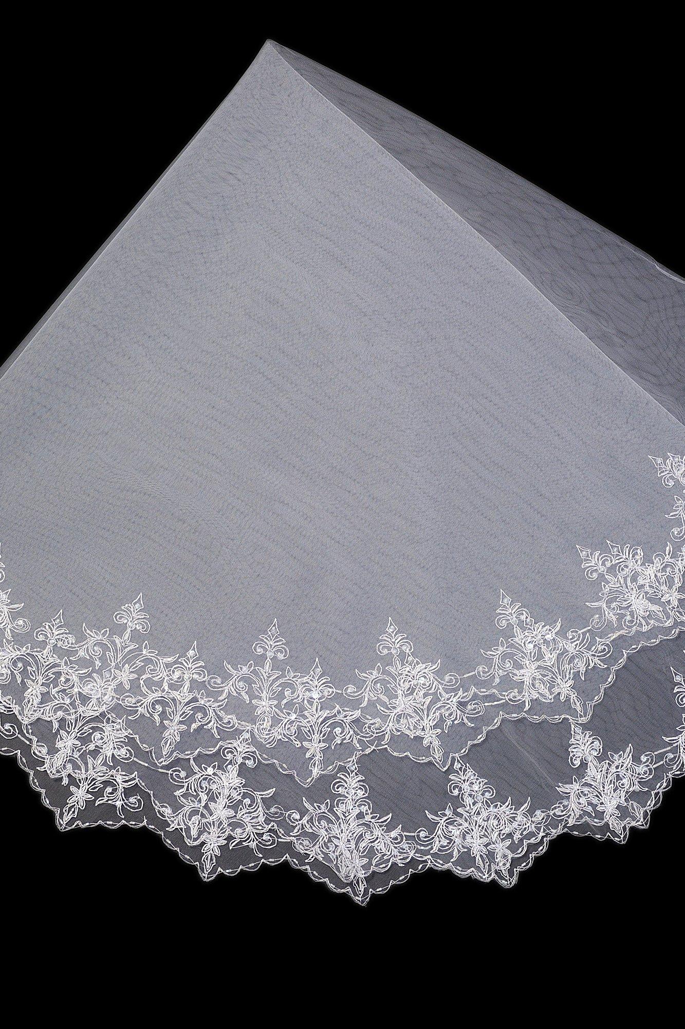 Плотная белоснежная фата с ажурным краем, средней длины.