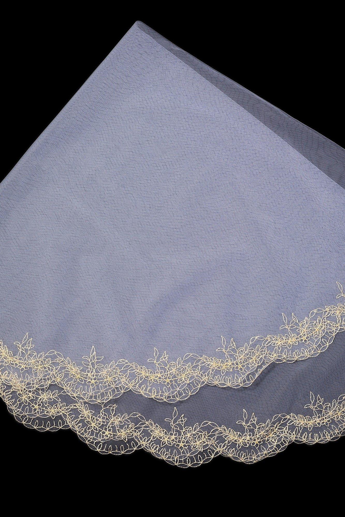 Оригинальная белая фата с золотистой вышивкой по краям.