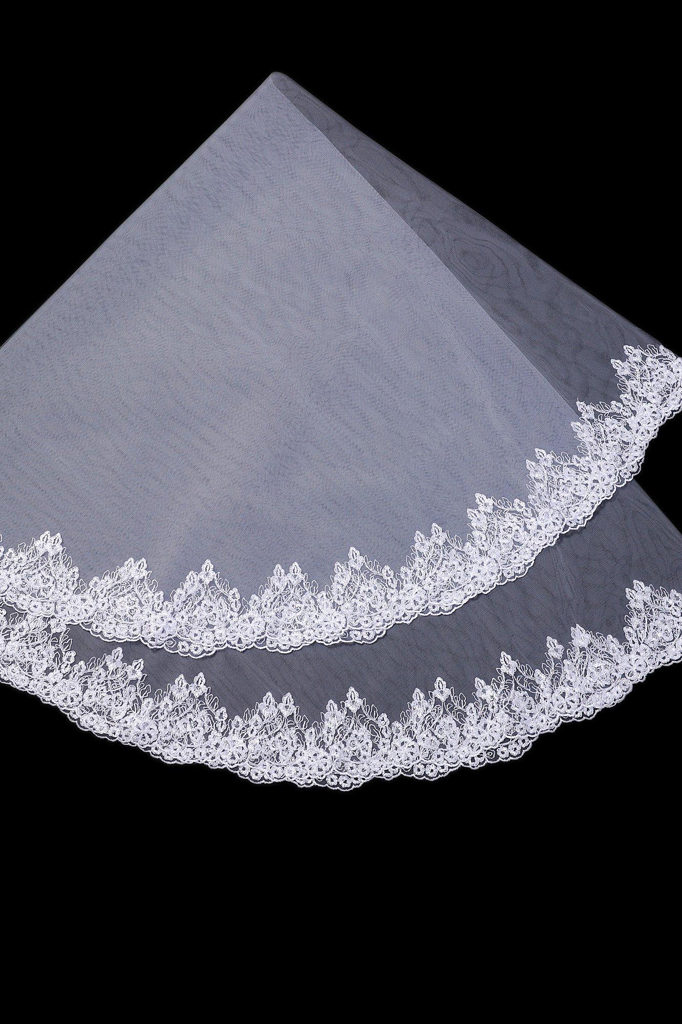 Лаконичная полупрозрачная фата, покрытая по краю плотной полосой кружева.