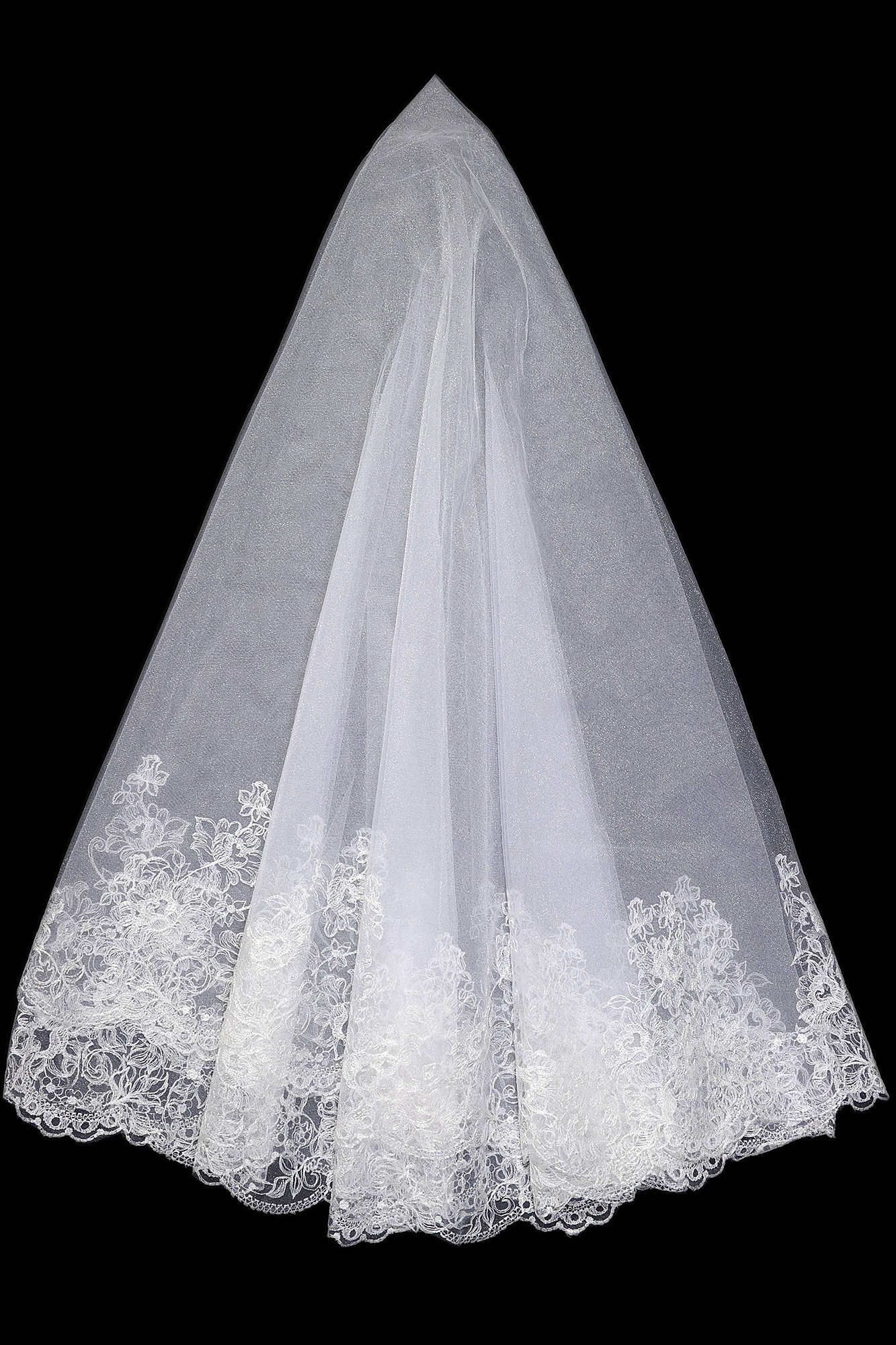Элегантная белоснежная фата с широкой полосой кружевного декора по краю.