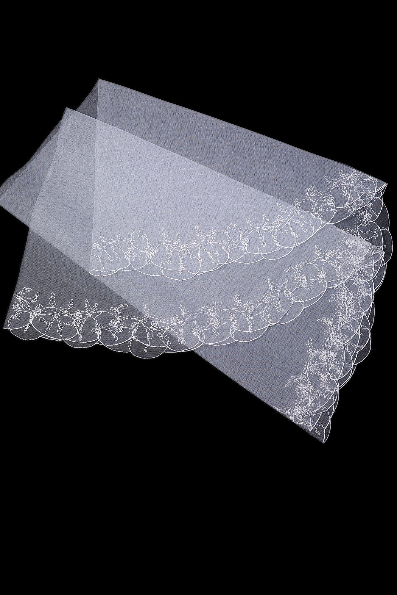 Стильная белоснежная фата с изящной вышивкой по краям.