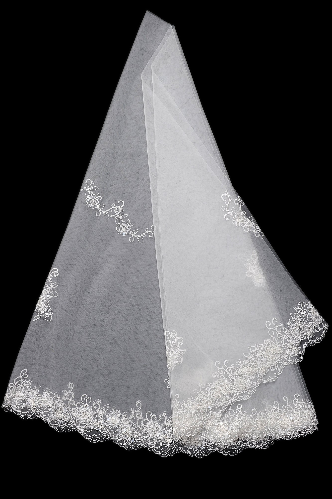 Плотная белая фата средней длины с кружевным узором по фигурному краю.