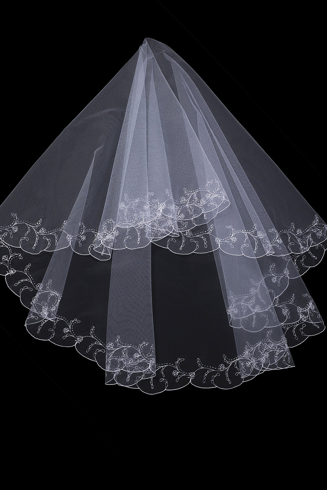 Белоснежная двухслойная фата с широкой полосой вышивки по краю.