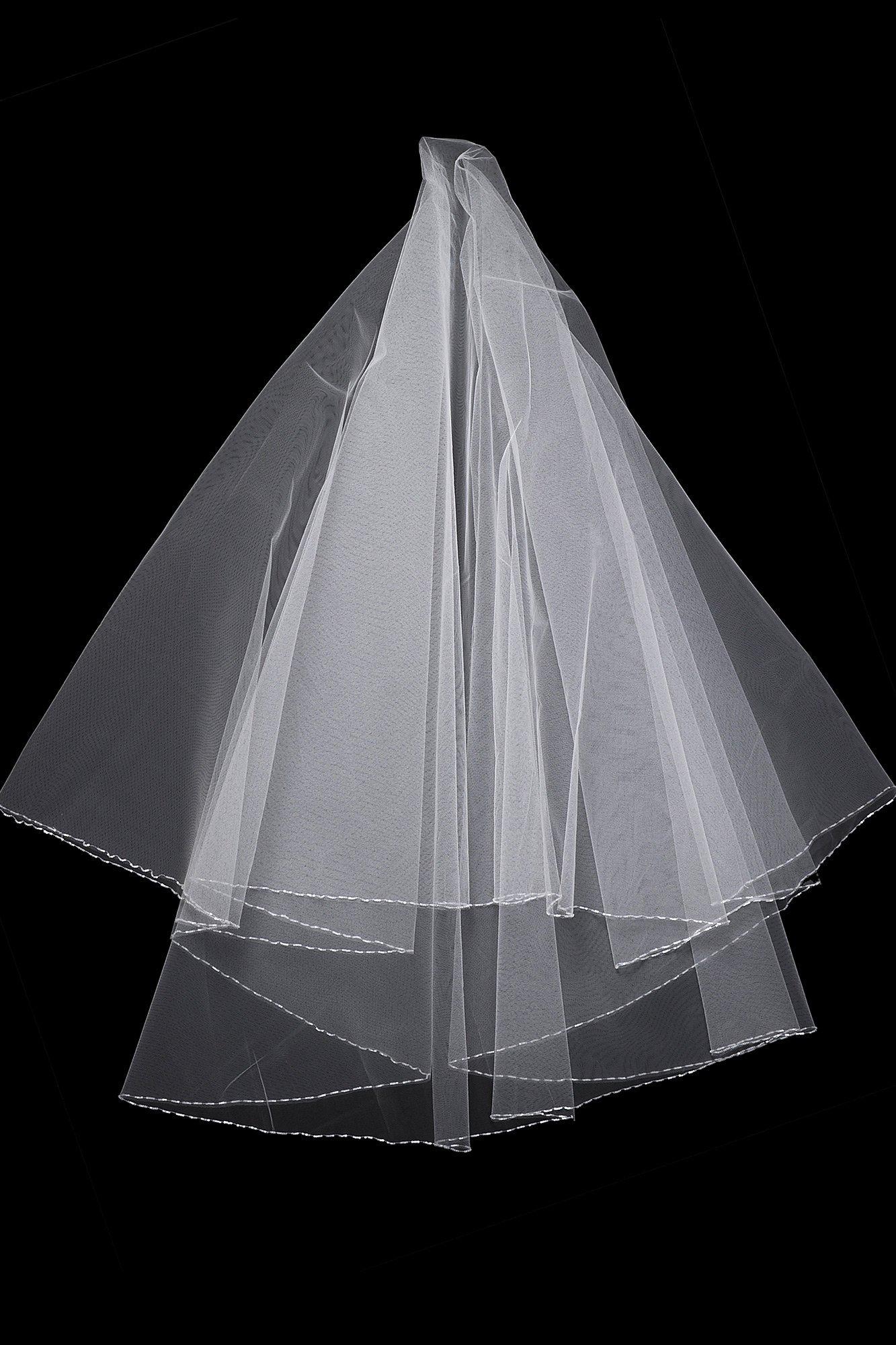 Пышная полупрозрачная фата средней длины, украшенная лишь по краю.