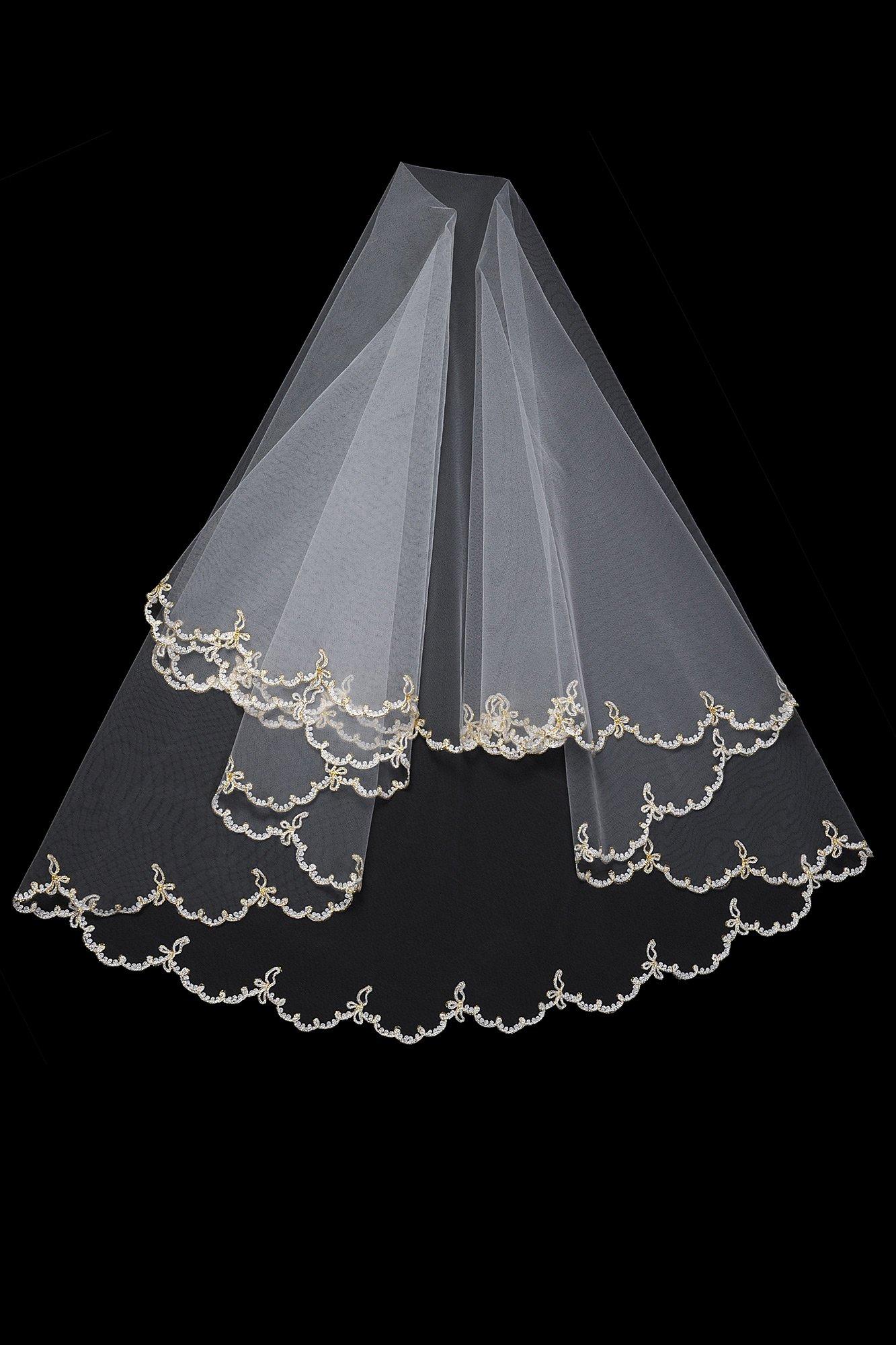 Короткая двухслойная фата с фигурным краем, оформленным лаконичной вышивкой.