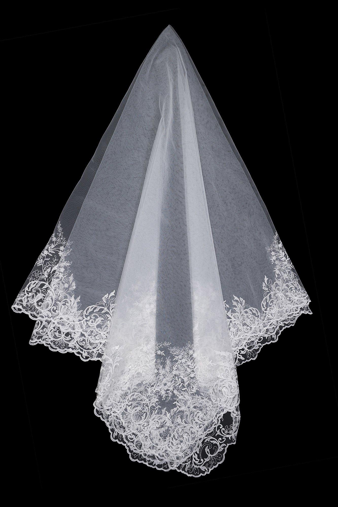 Белая фата средней длины с кружевным декором.