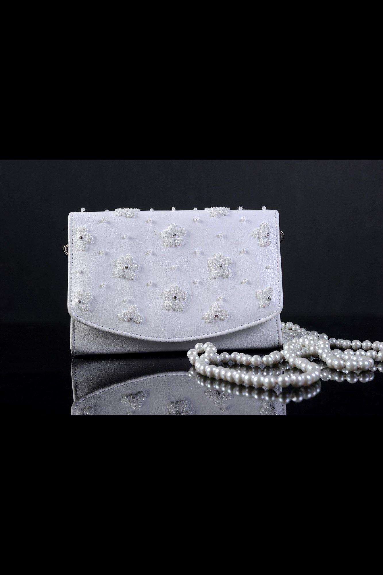 Оригинальная квадратная сумочка для невесты, украшенная бисерной вышивкой.