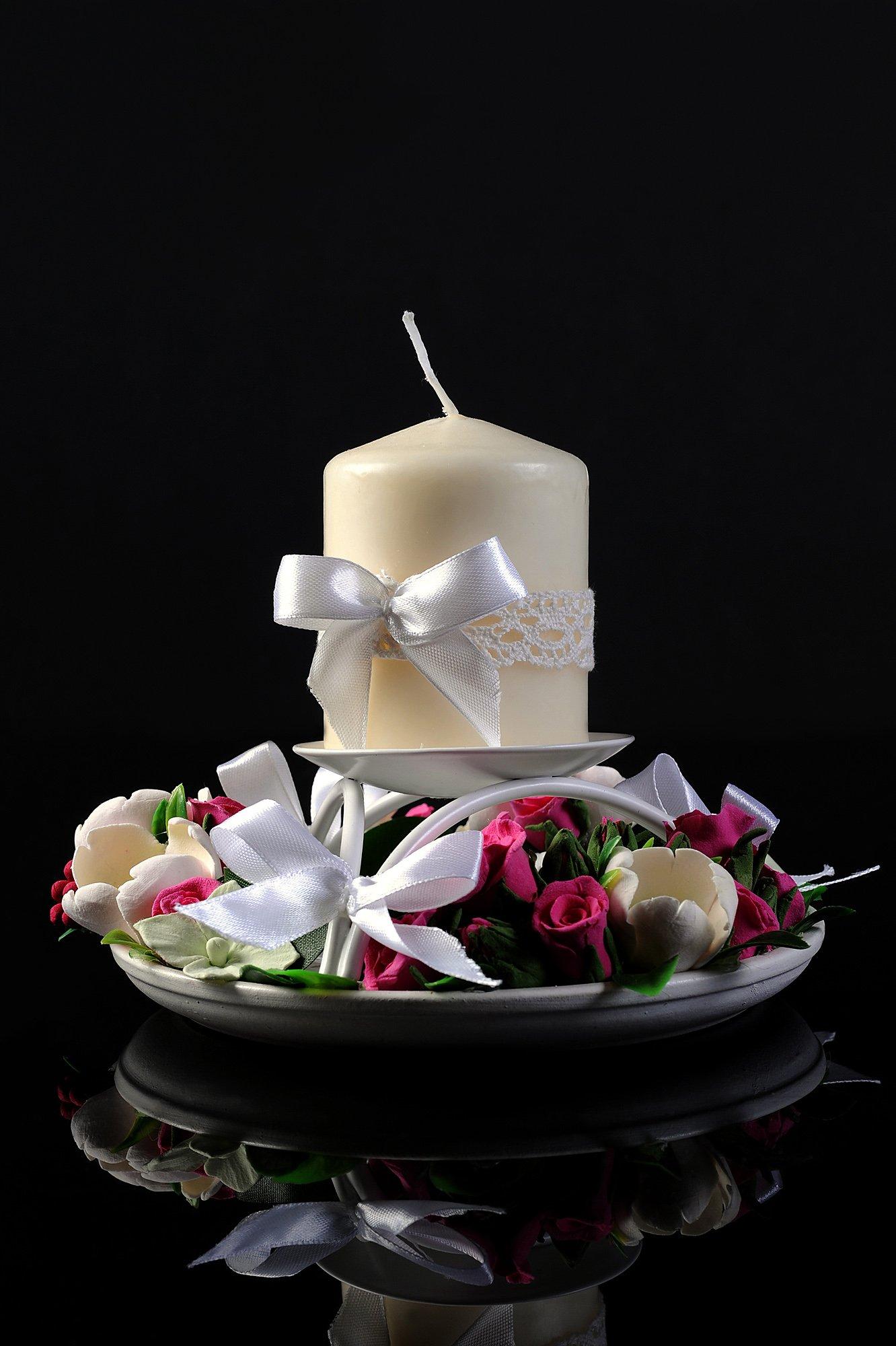 Лаконичная свадебная свеча белого цвета с декором кружевом и атласным бантом.