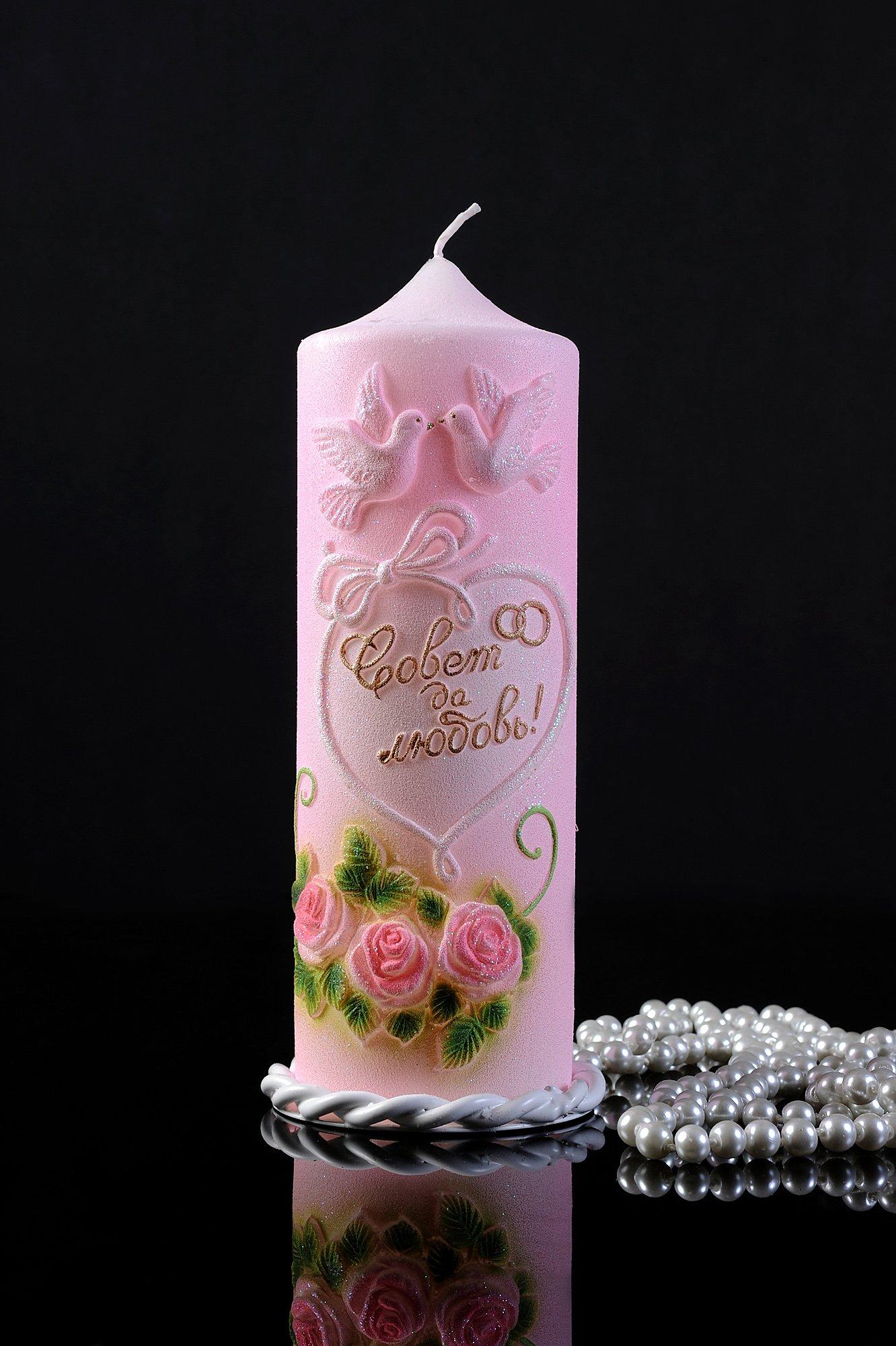 Розовая свадебная свеча с романтичным декором птицами и цветами.