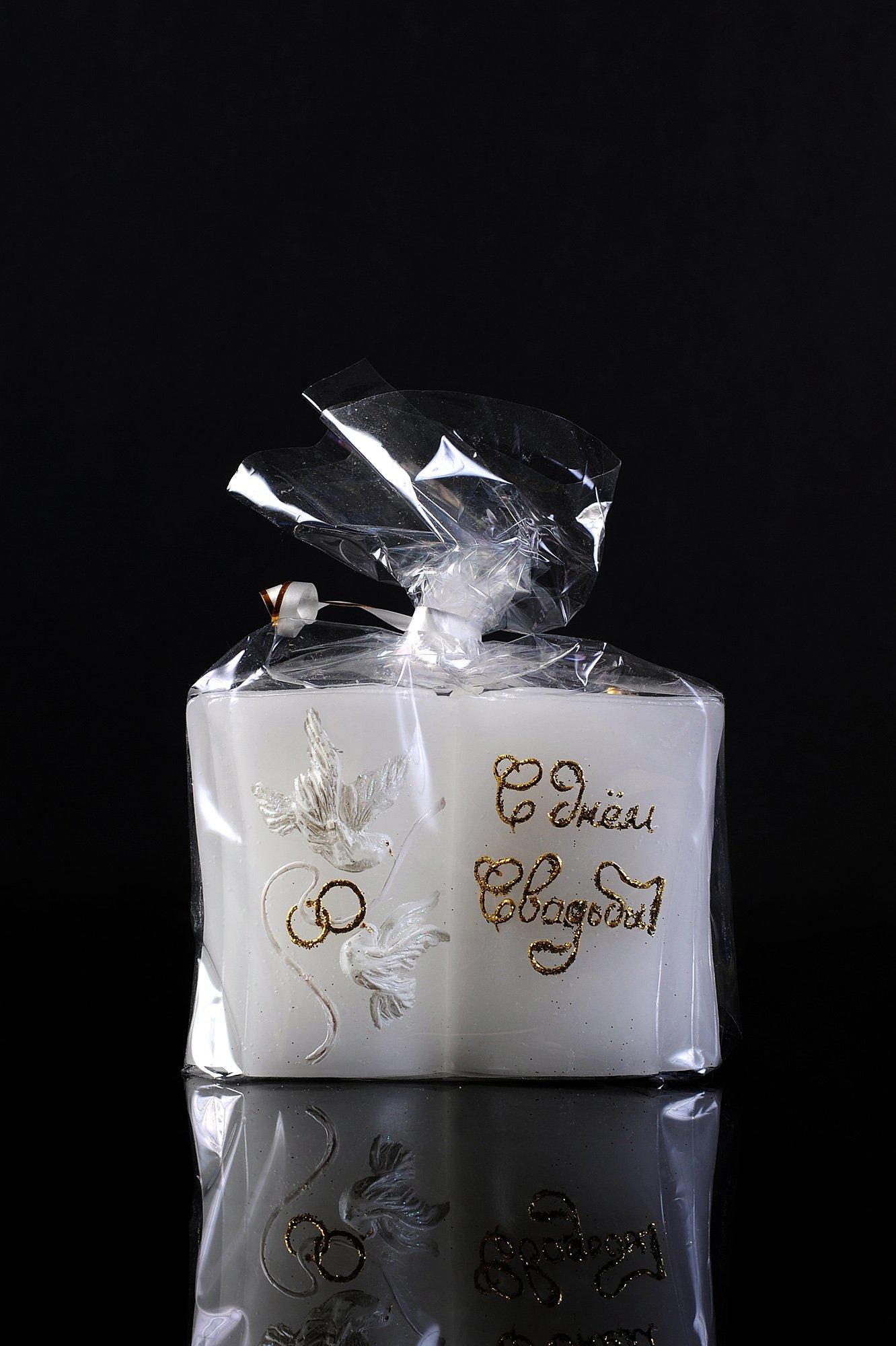 Белая свадебная свеча  с изящным золотистым декором и птицами.