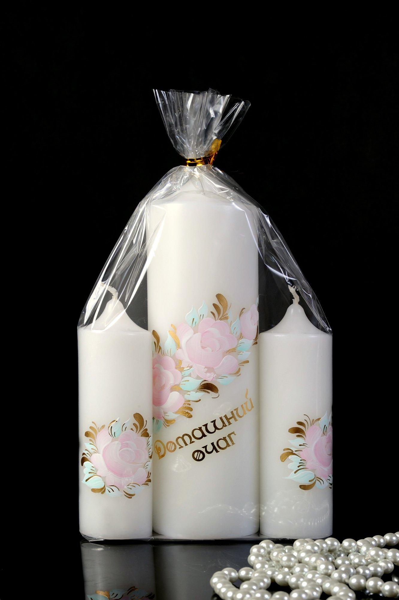 Изящный набор свадебных свечей белого цвета с надписью и цветочным узором.