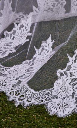 Роскошная прозрачная фата, декорированная по краям широкой кружевной полосой.