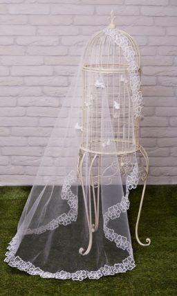 Длинная белая фата с романтичным цветочным узором по краям.