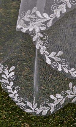 Элегантная прозрачная фата в два уровня, украшенная по краям нежным рисунком.