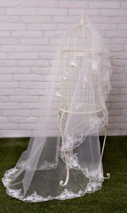 Романтичная прозрачная фата выразительной длины, украшенной вышивкой по краю.