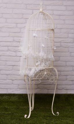 Короткая прозрачная фата с широкой полосой кружевного декора по краю.