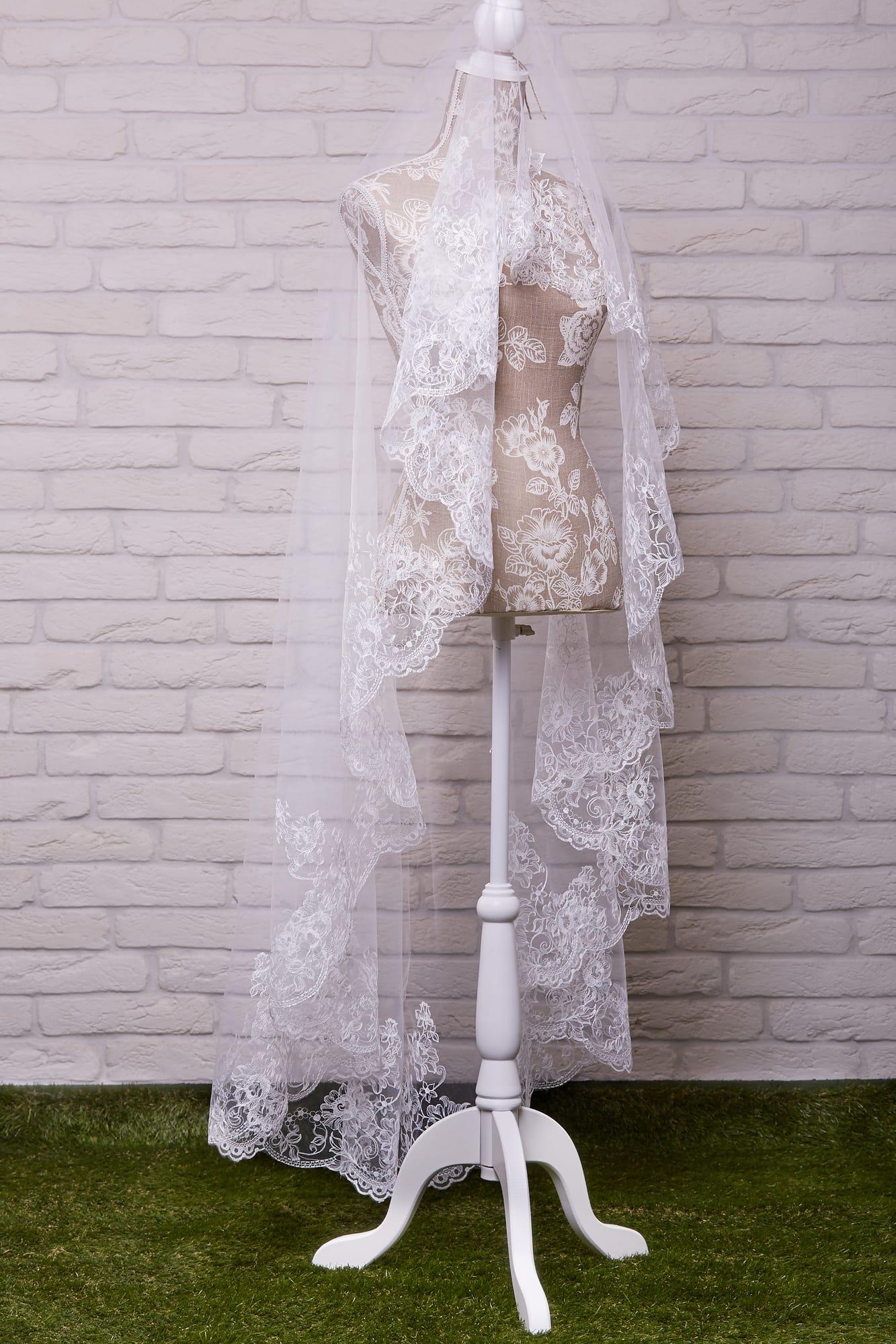 Романтичная длинная фата, элегантно оформленная по краю цветочным узором.