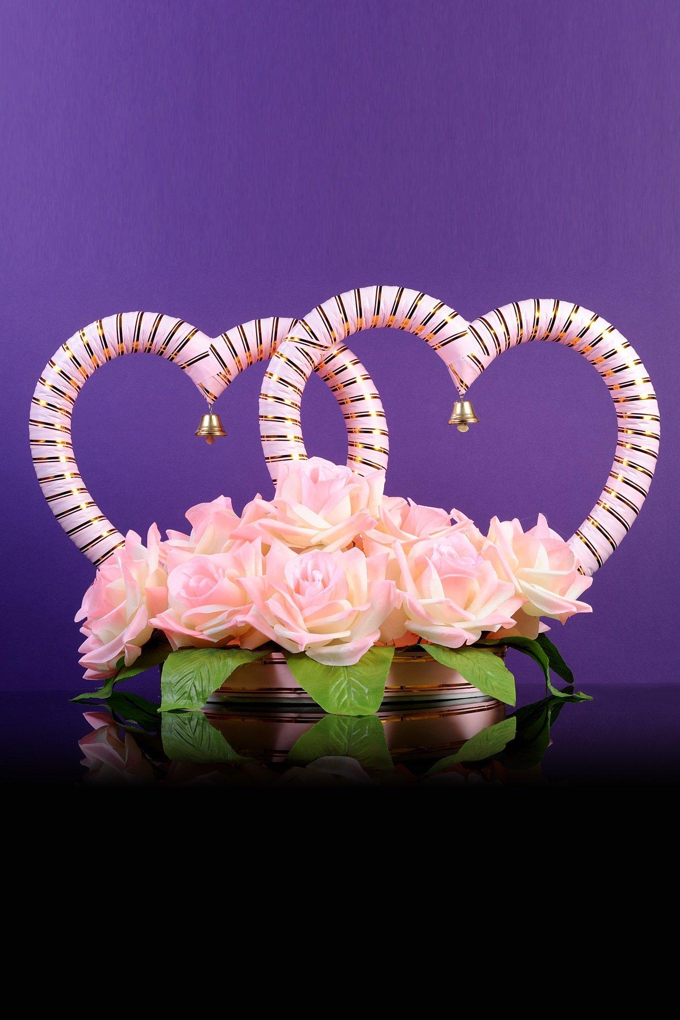 Свадебная композиция на машину в виде сердец, украшенных цветочными бутонами.