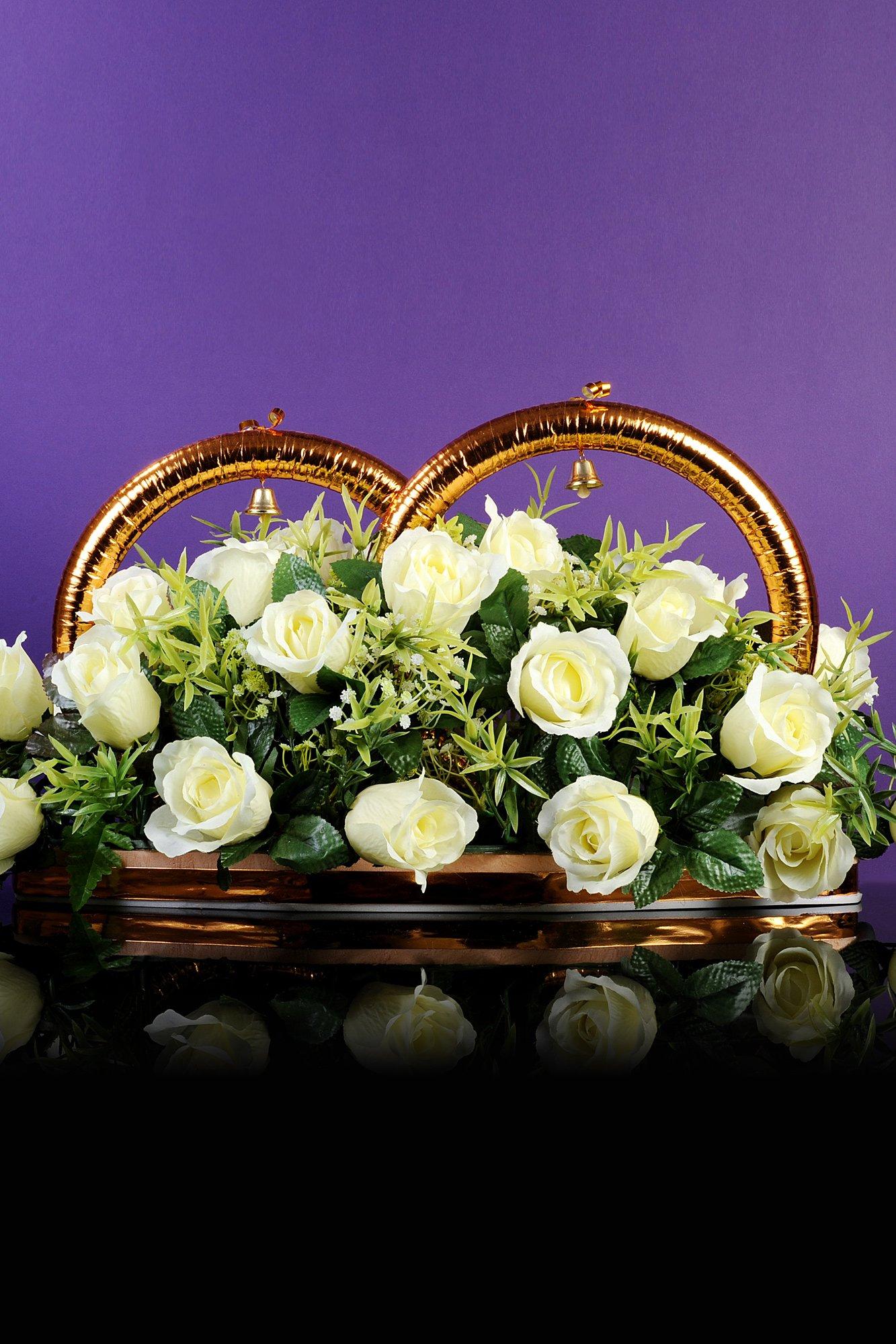 Сверкающие свадебные кольца на машину с цветочным декором снизу.