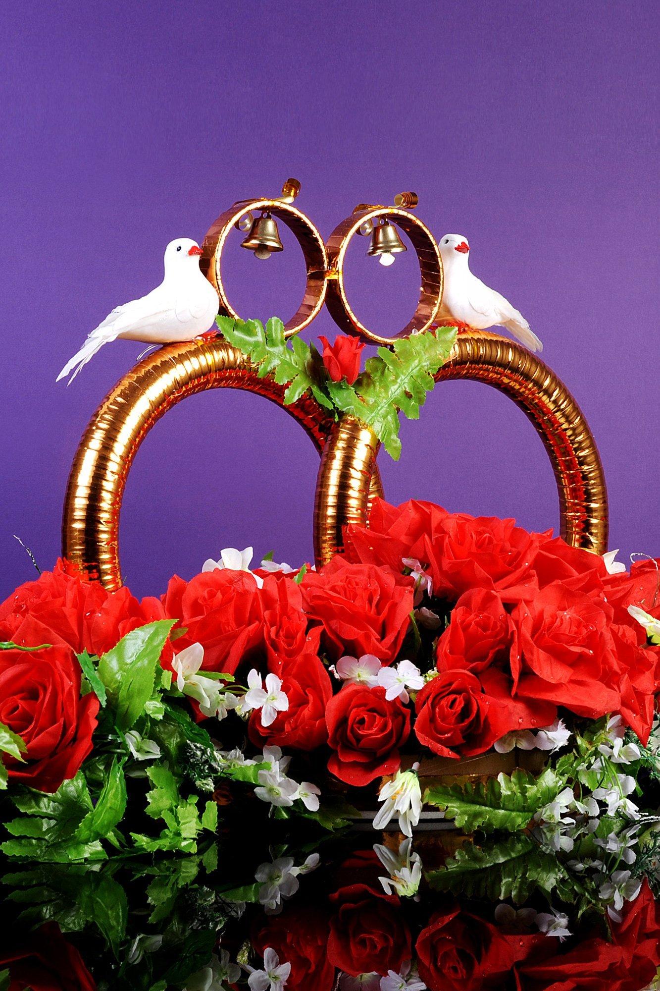 Торжественная свадебная композиция на машину с кольцами, бутонами и голубками.