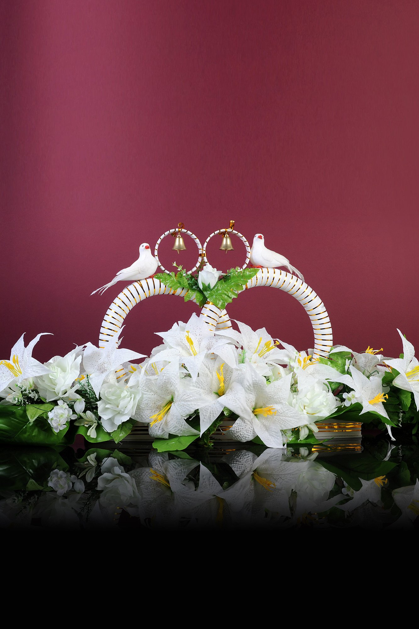 Свадебные кольца на машину белого цвета, украшенные бутонами, птицами и колокольчиками.