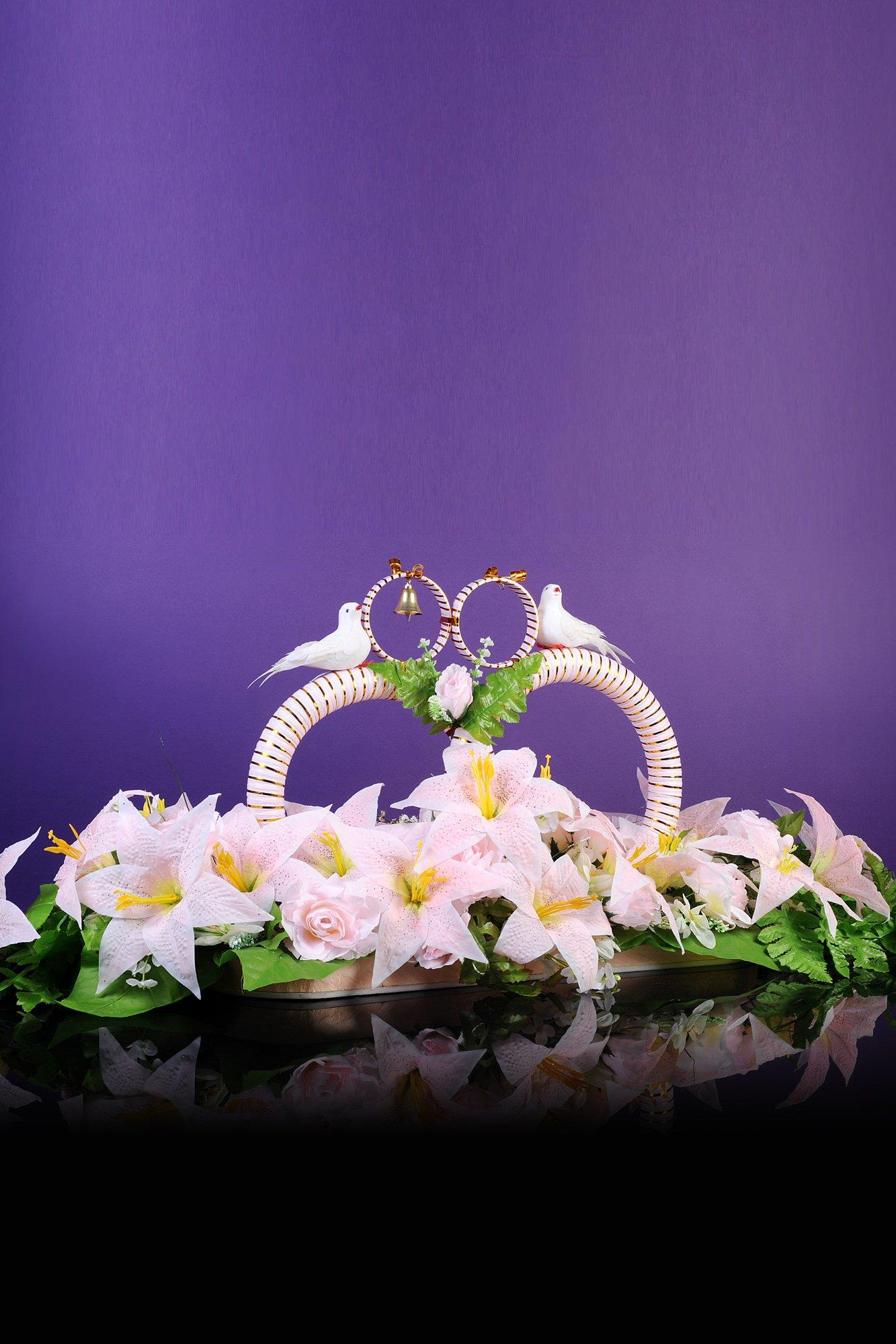 Роскошные свадебные кольца на машину с романтичной отделкой цветами и птичками.