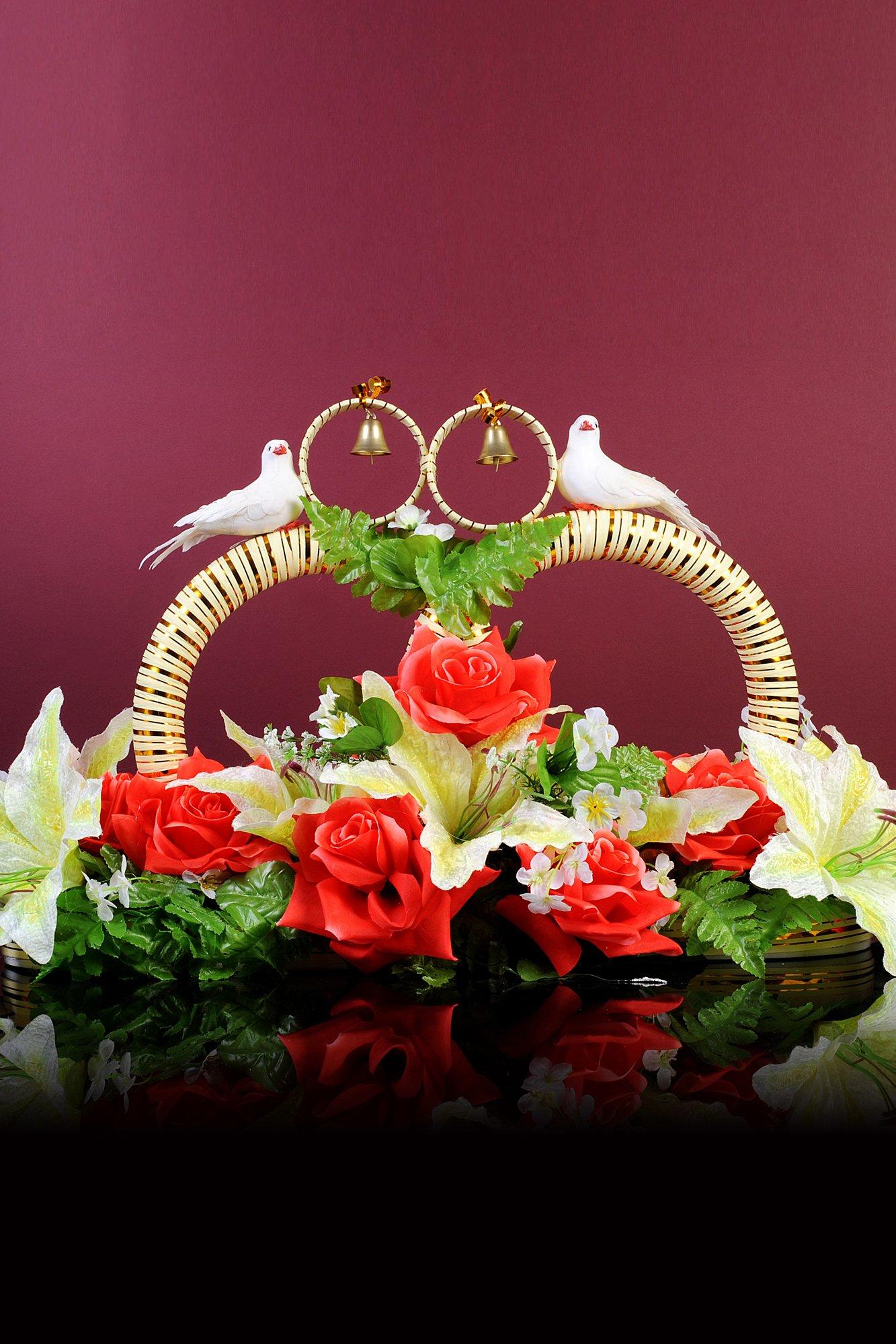 Выразительная свадебная композиция на машину с кольцами, цветами и голубками.