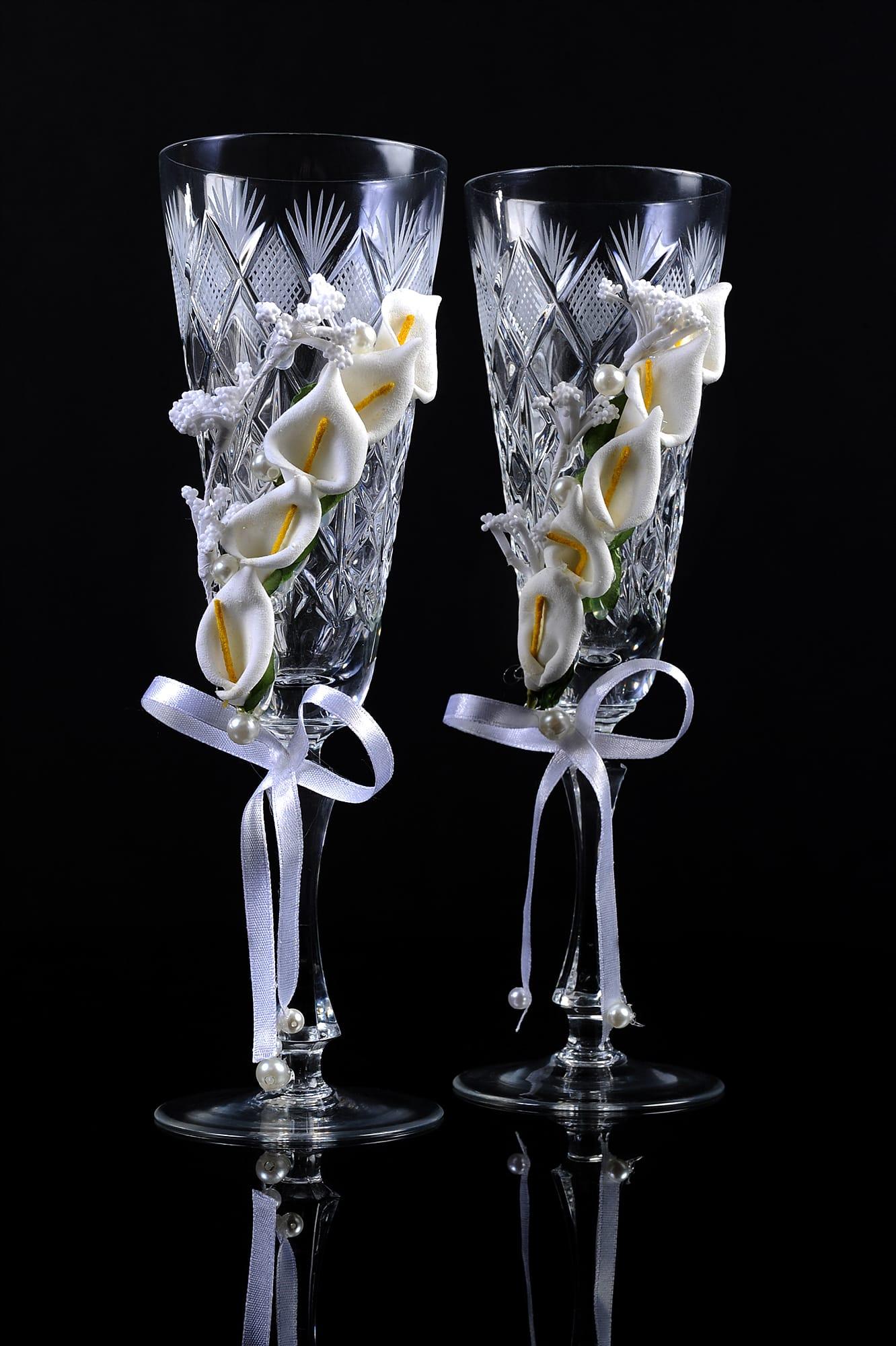 Хрустальные свадебные бокалы с гравировкой и объемным цветочным декором.