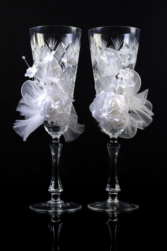 Изящные хрустальные свадебные бокалы с объемной отделкой в белых тонах.