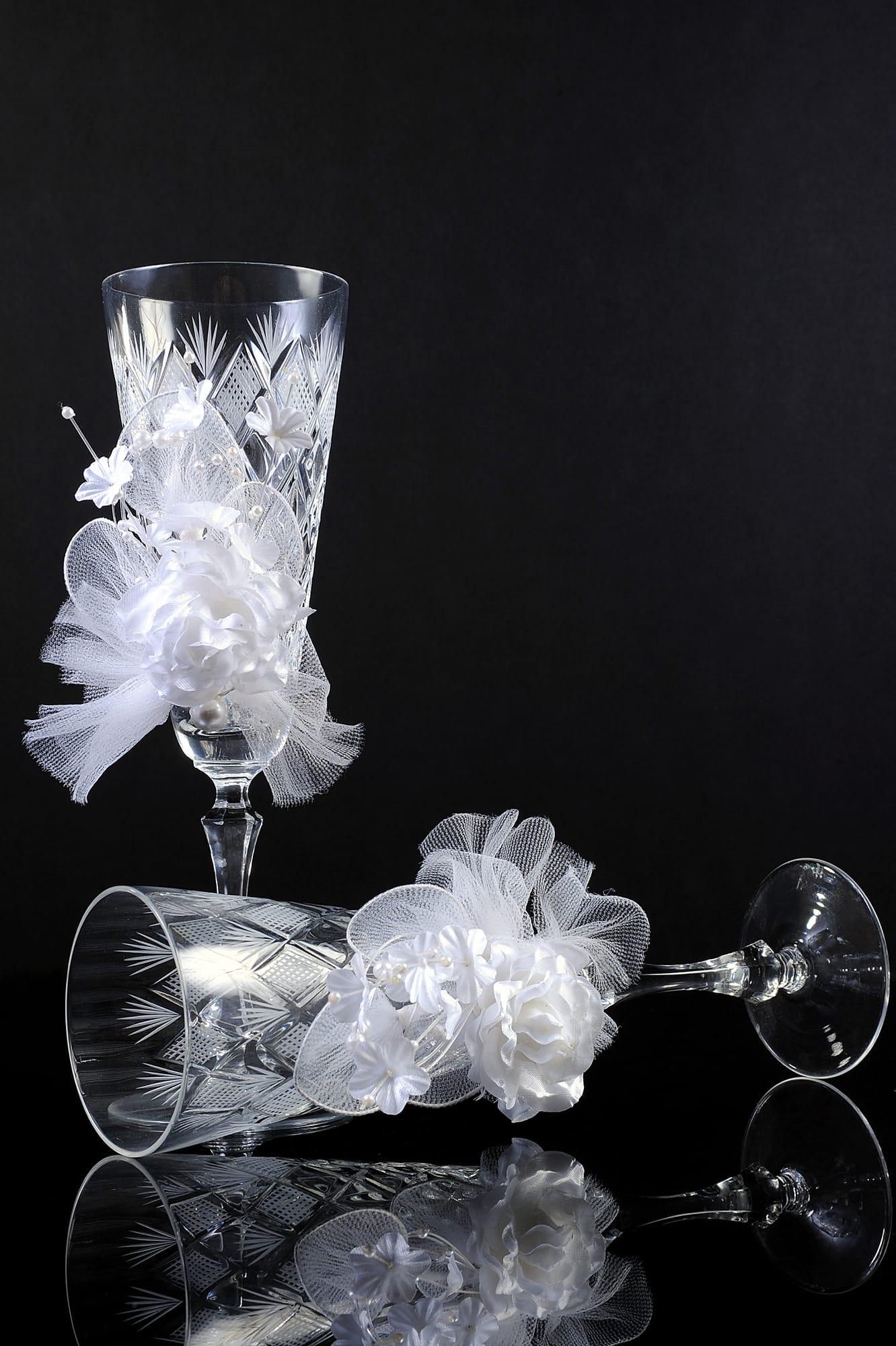 Хрустальные свадебные бокалы, украшенные гравировкой и объемными оборками.