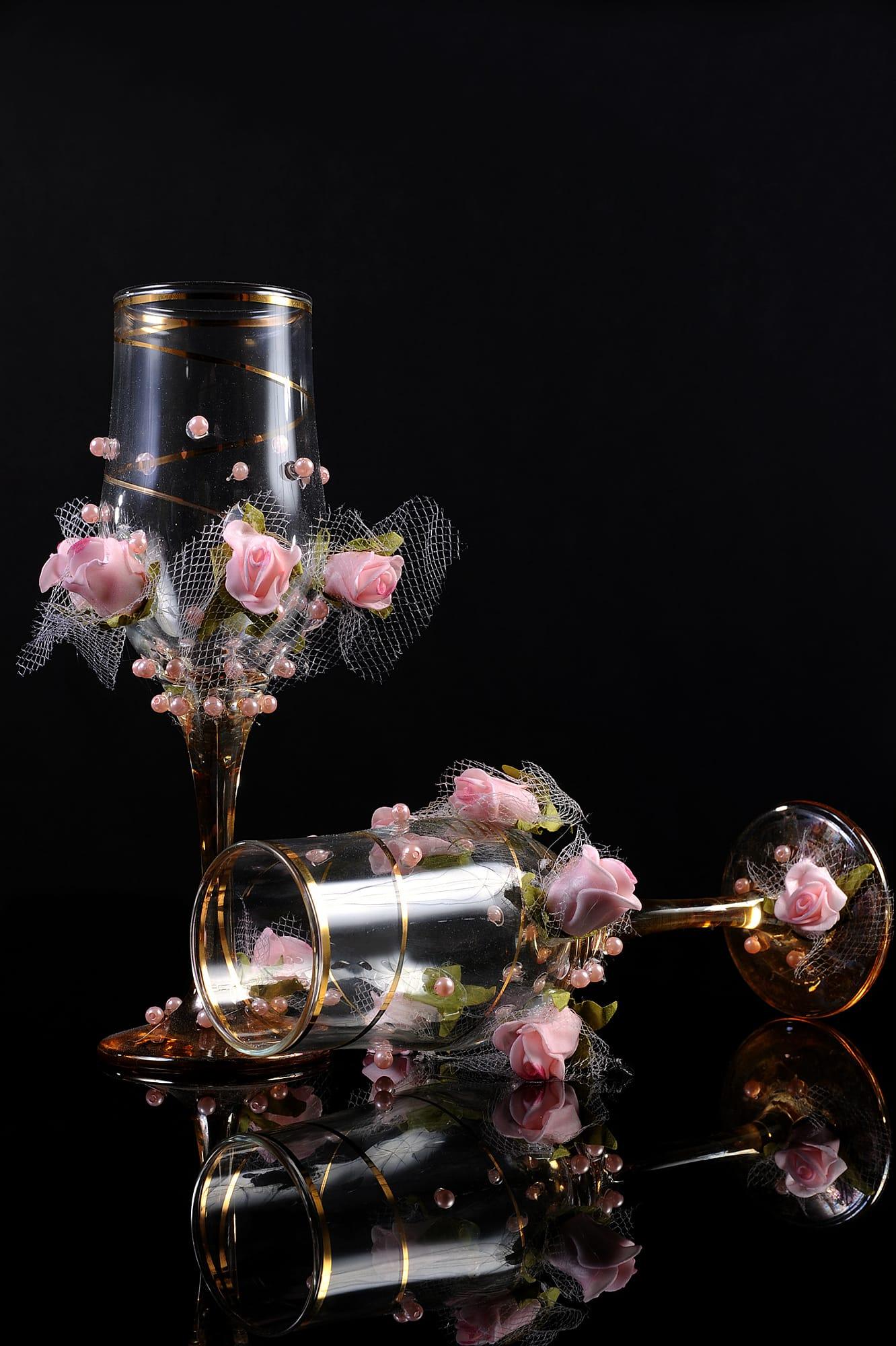 Стильные свадебные фужеры из прозрачного стекла, украшенные цветочными бутонами.
