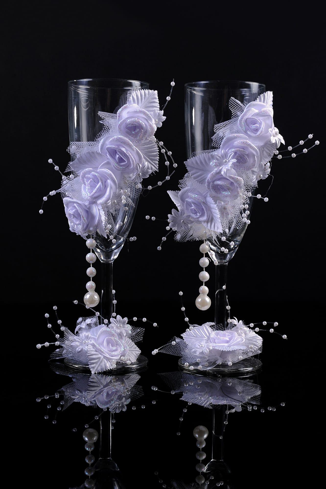 Прозрачные свадебные фужеры с белоснежными бутонами сверху и у ножки.