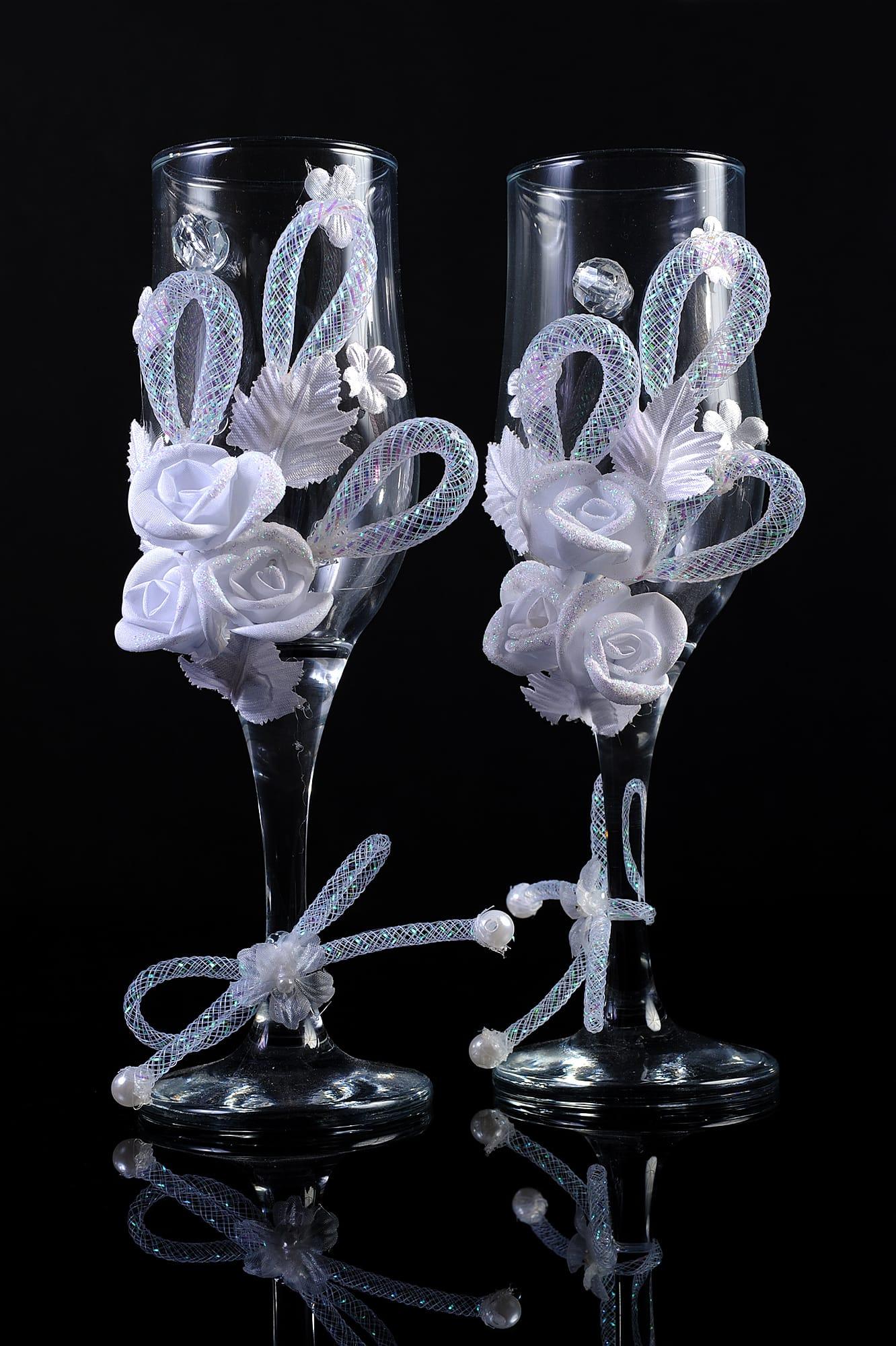 Прозрачные свадебные фужеры с оригинальной объемной отделкой белого цвета.