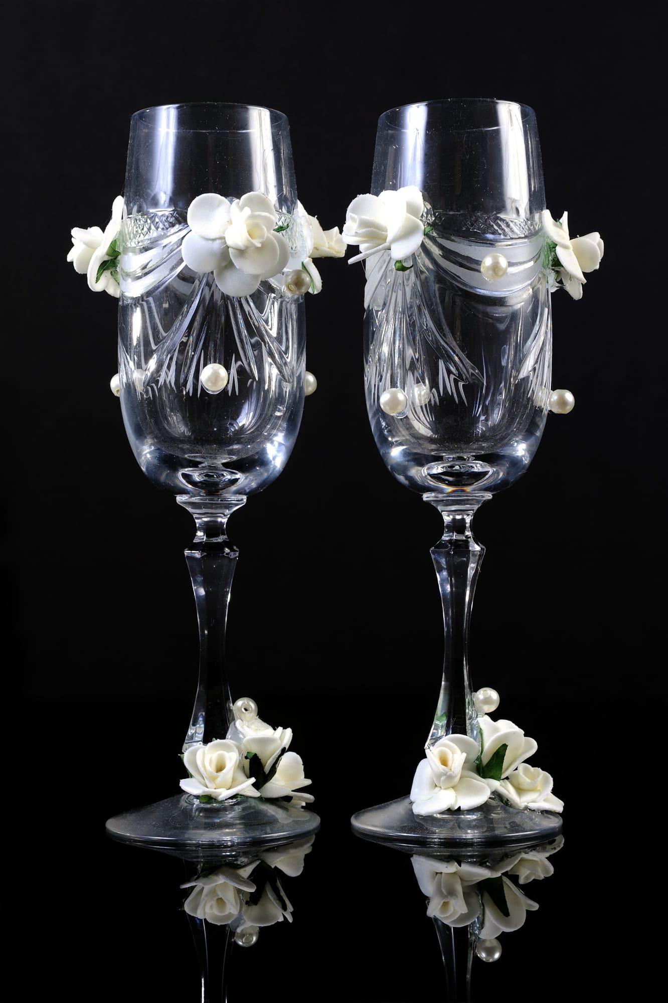 Свадебные фужеры из прозрачного стекла с объемной отделкой белыми цветами.