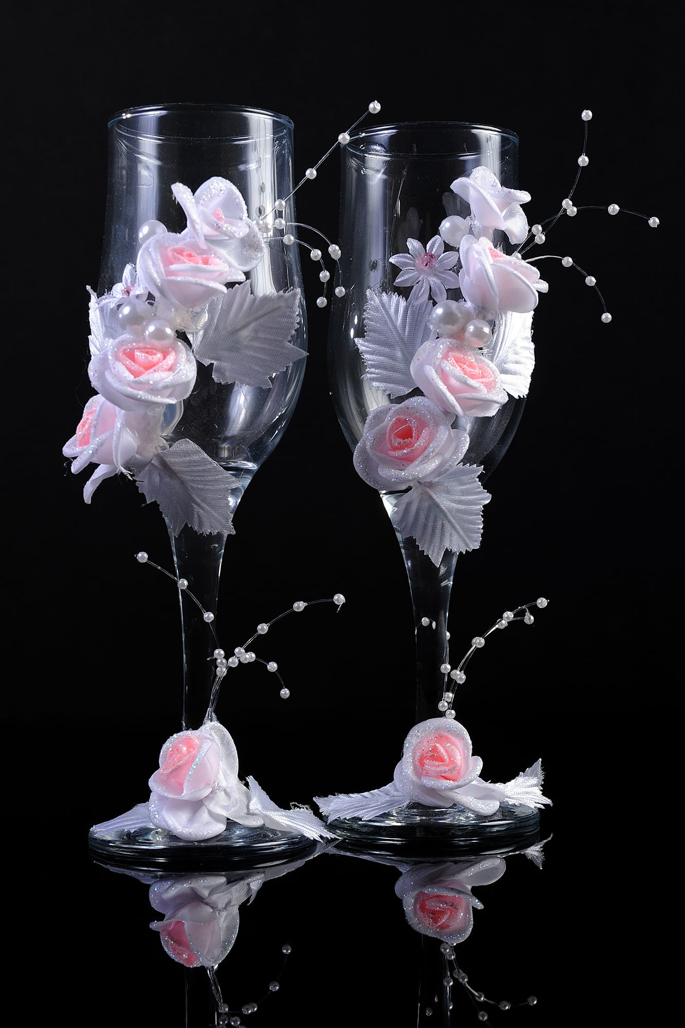 Нежные свадебные фужеры с отделкой объемными цветочными бутонами.