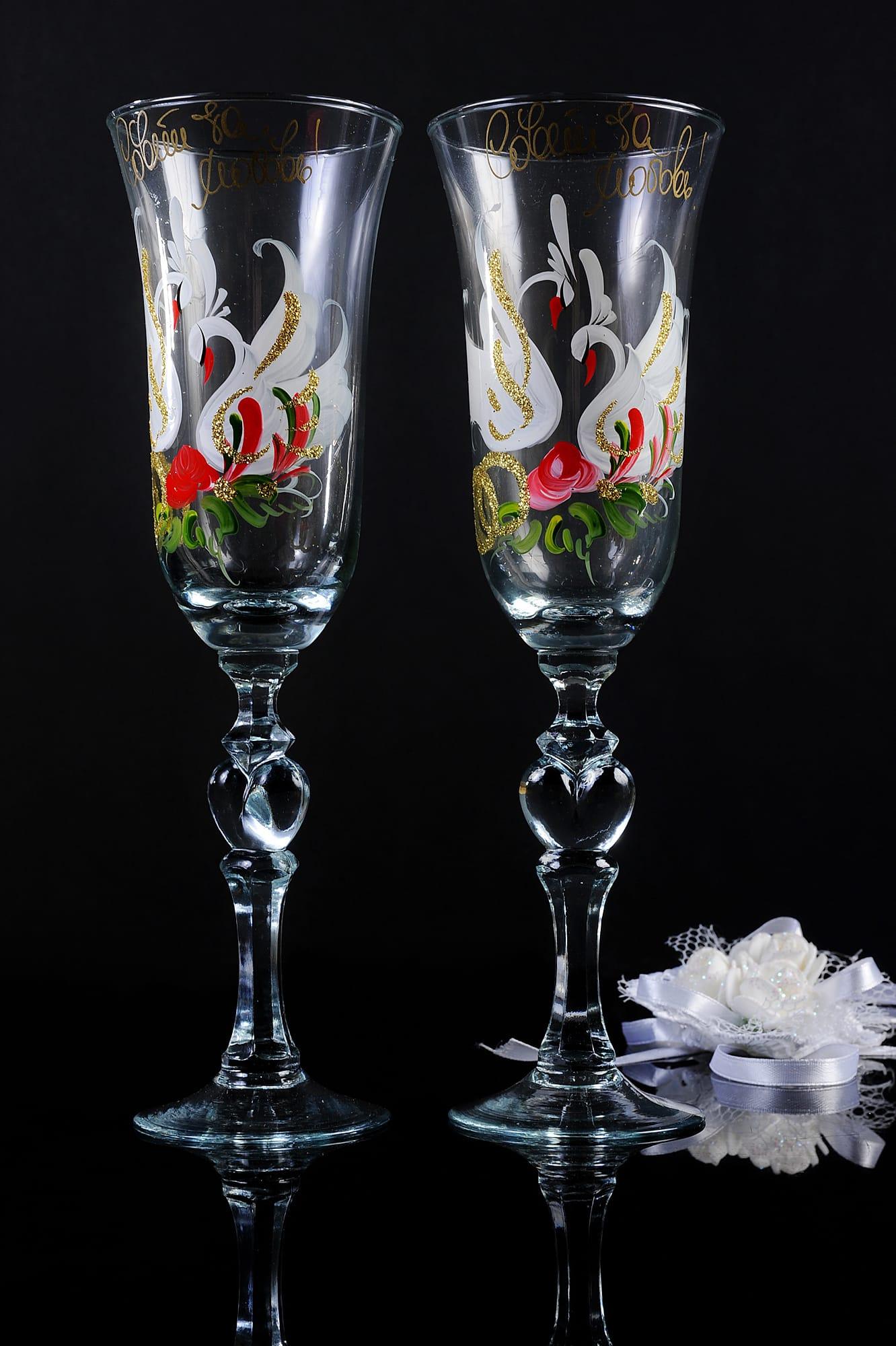 Прозрачные свадебные бокалы с золотистой надписью и разноцветным рисунком.