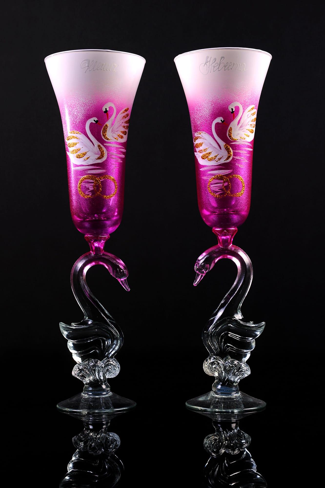 Оригинальные свадебные бокалы с ножками в виде лебедей и цветным рисунком.