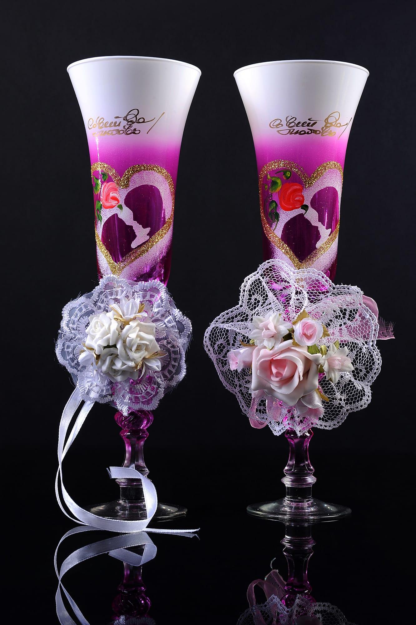 Романтичные свадебные бокалы фиолетового цвета с рисунком и ажурными бантами.