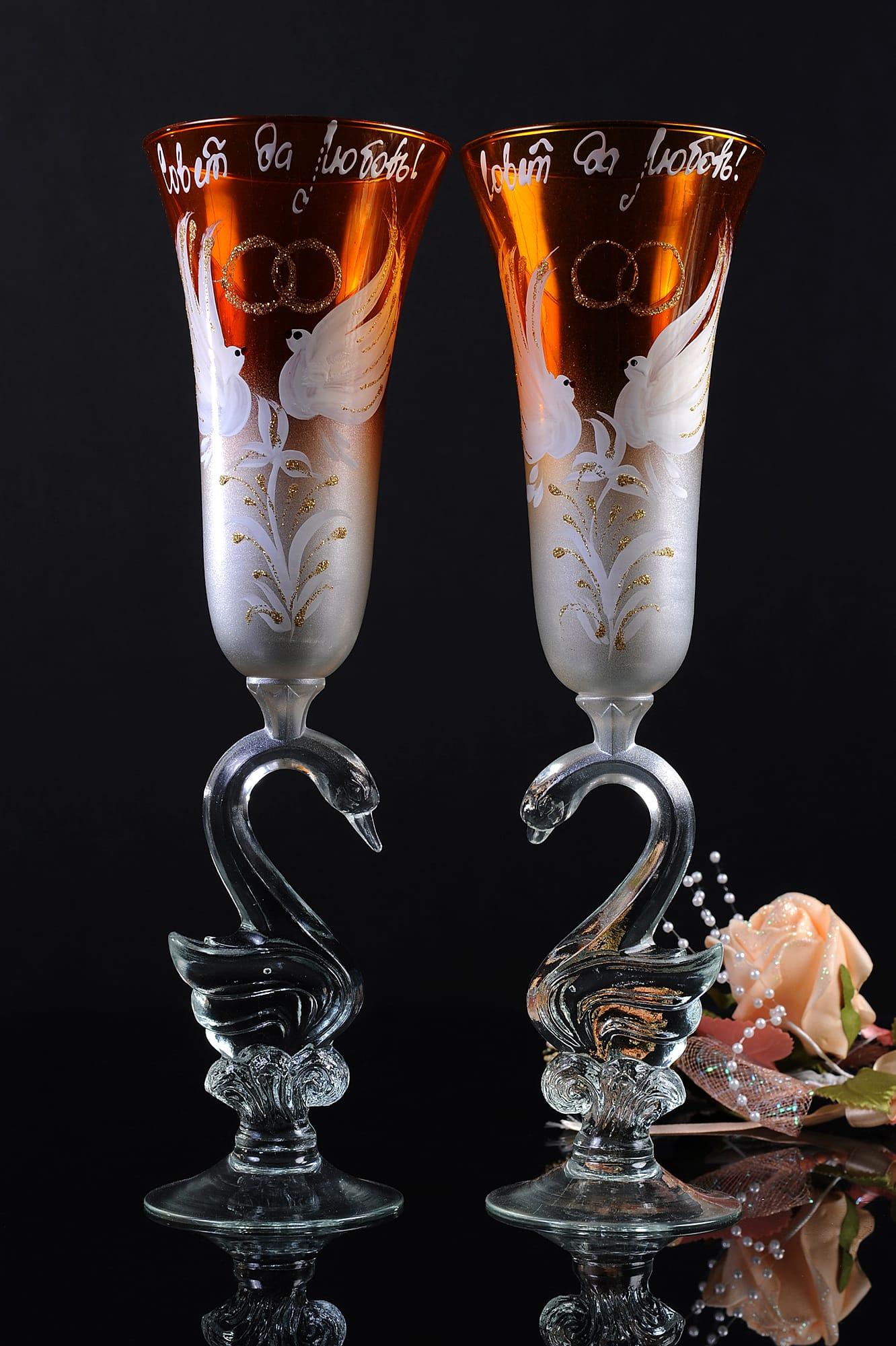 Золотистые свадебные фужеры с романтичным рисунком и ножками в форме птиц.