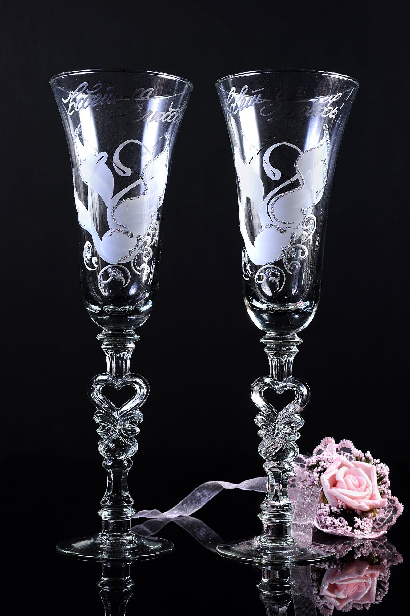 Прозрачные свадебные бокалы с надписью «Совет да любовь» и изображением птиц.
