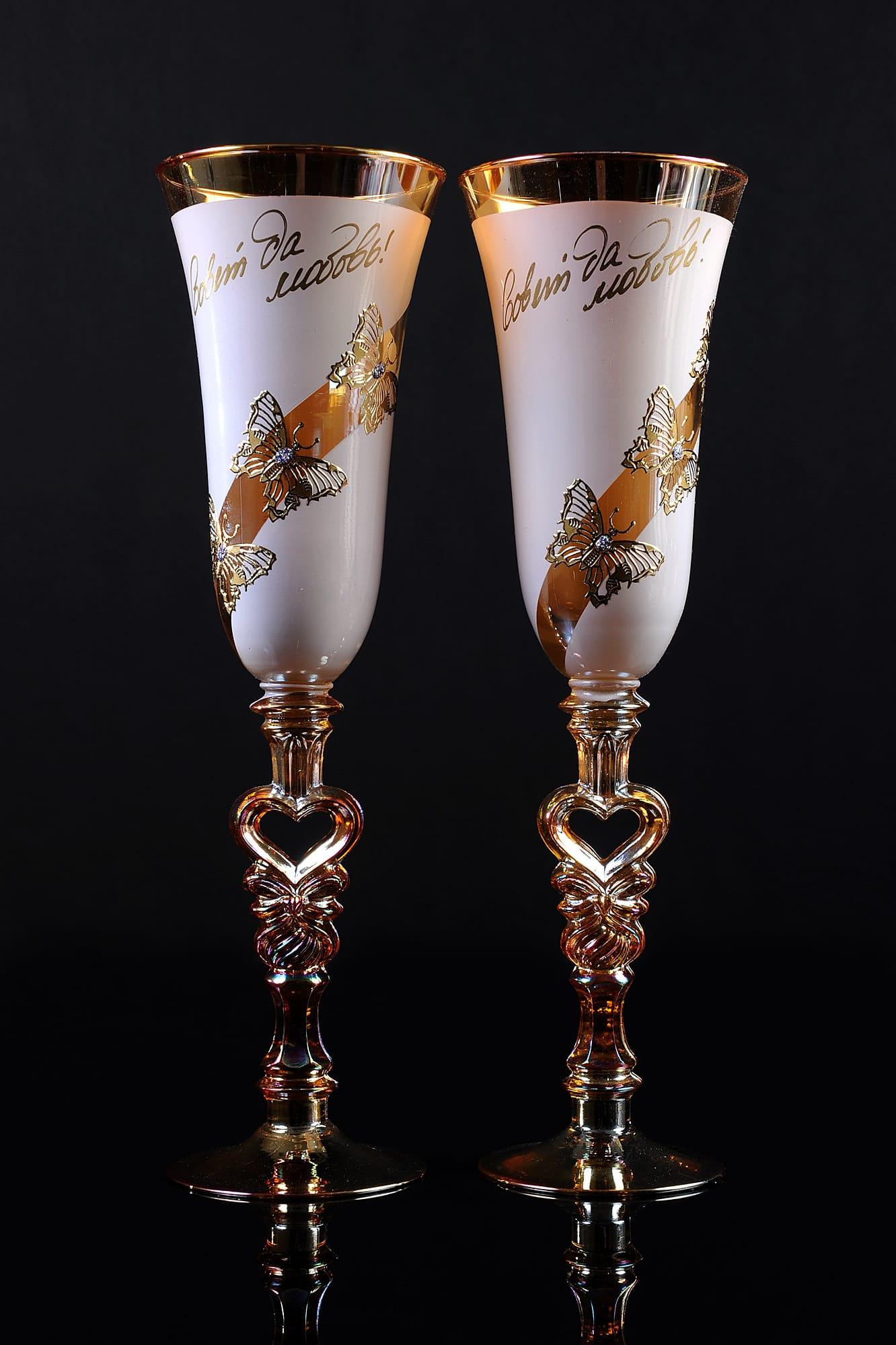 Полупрозрачные свадебные бокалы золотистого цвета с фигурными ножками.