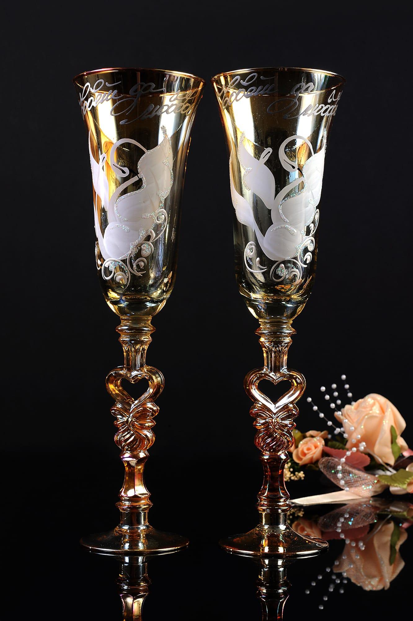 Золотистые свадебные фужеры с изображением лебедей и фигурными ножками.