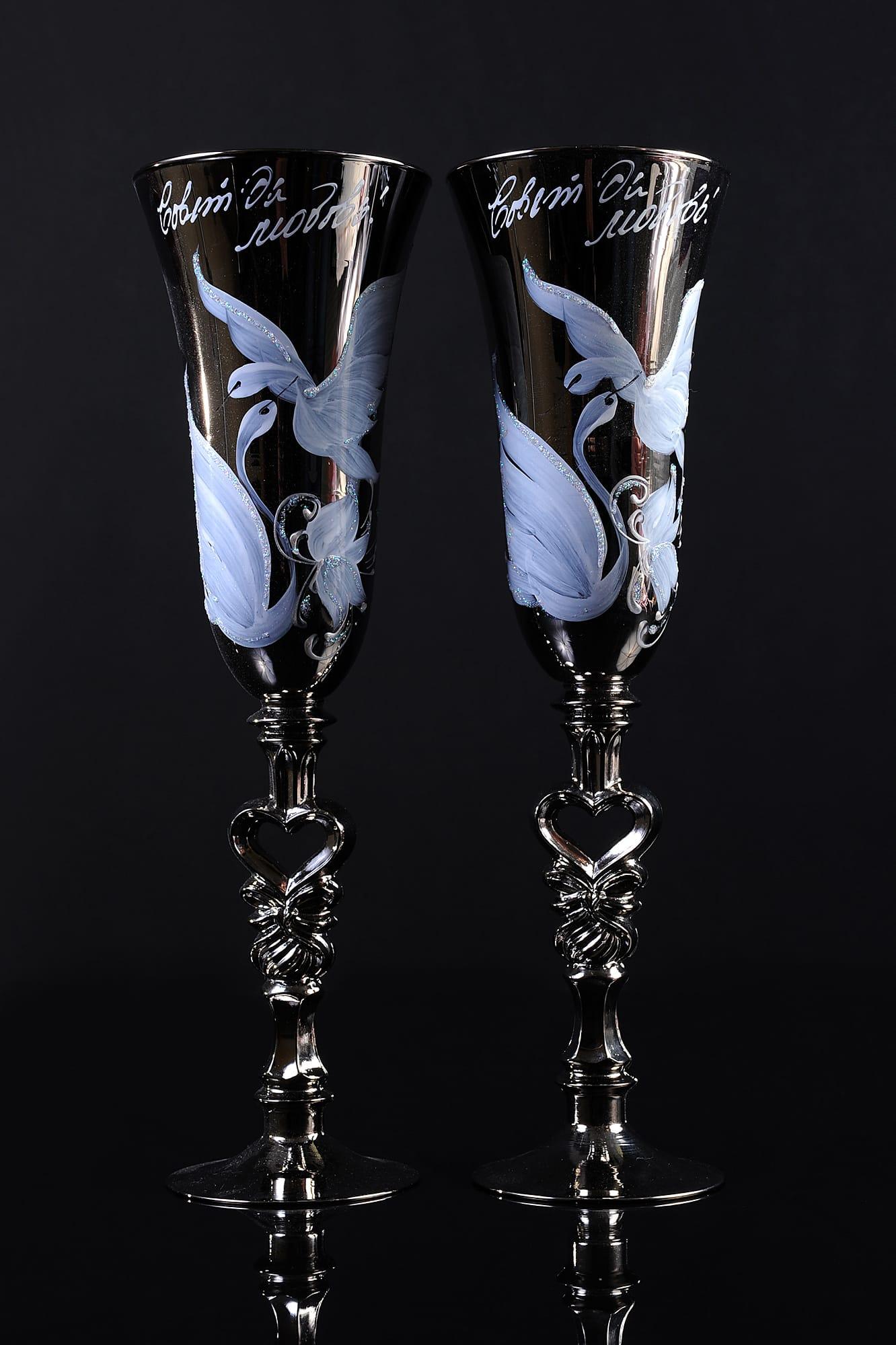 Свадебные фужеры бронзового цвета с белоснежным изображением птиц и фигурными ножками.