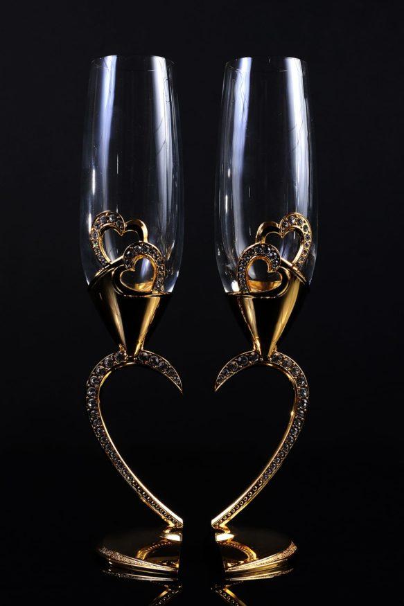 Оригинальные свадебные фужеры из прозрачного стекла с золотистой отделкой.