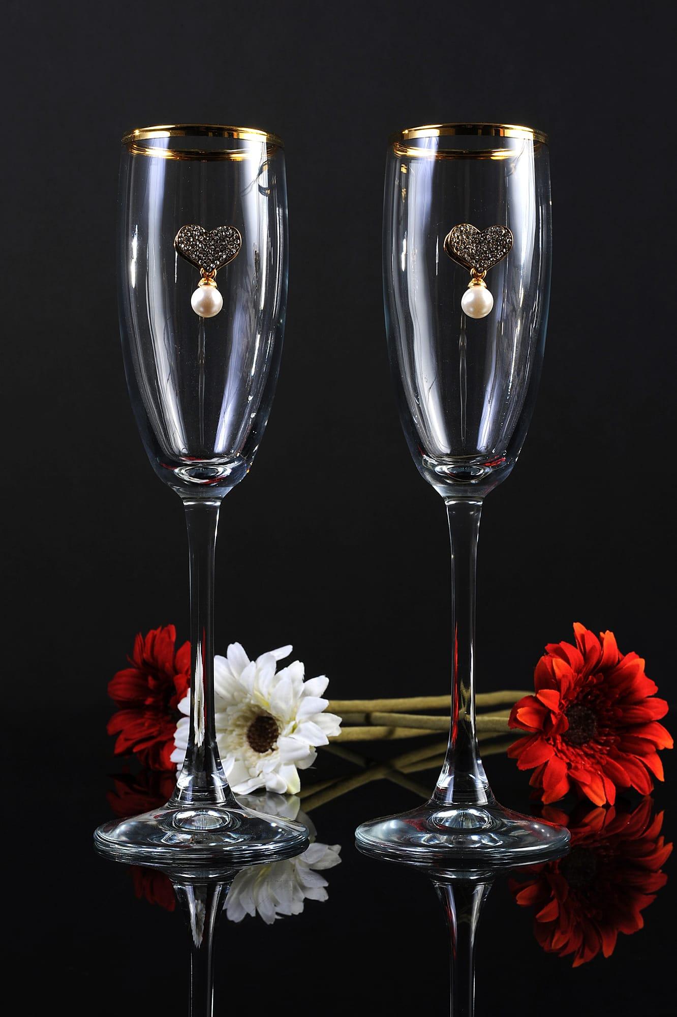 Лаконичные свадебные бокалы из прозрачного стекла, с золотистым краем и сердечком.