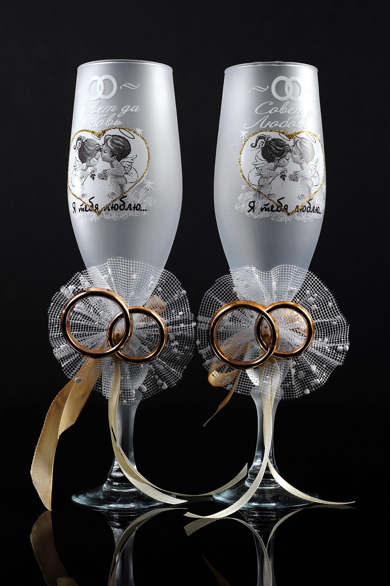 Матовые свадебные фужеры с романтичным рисунком и пышным декором на ножке.