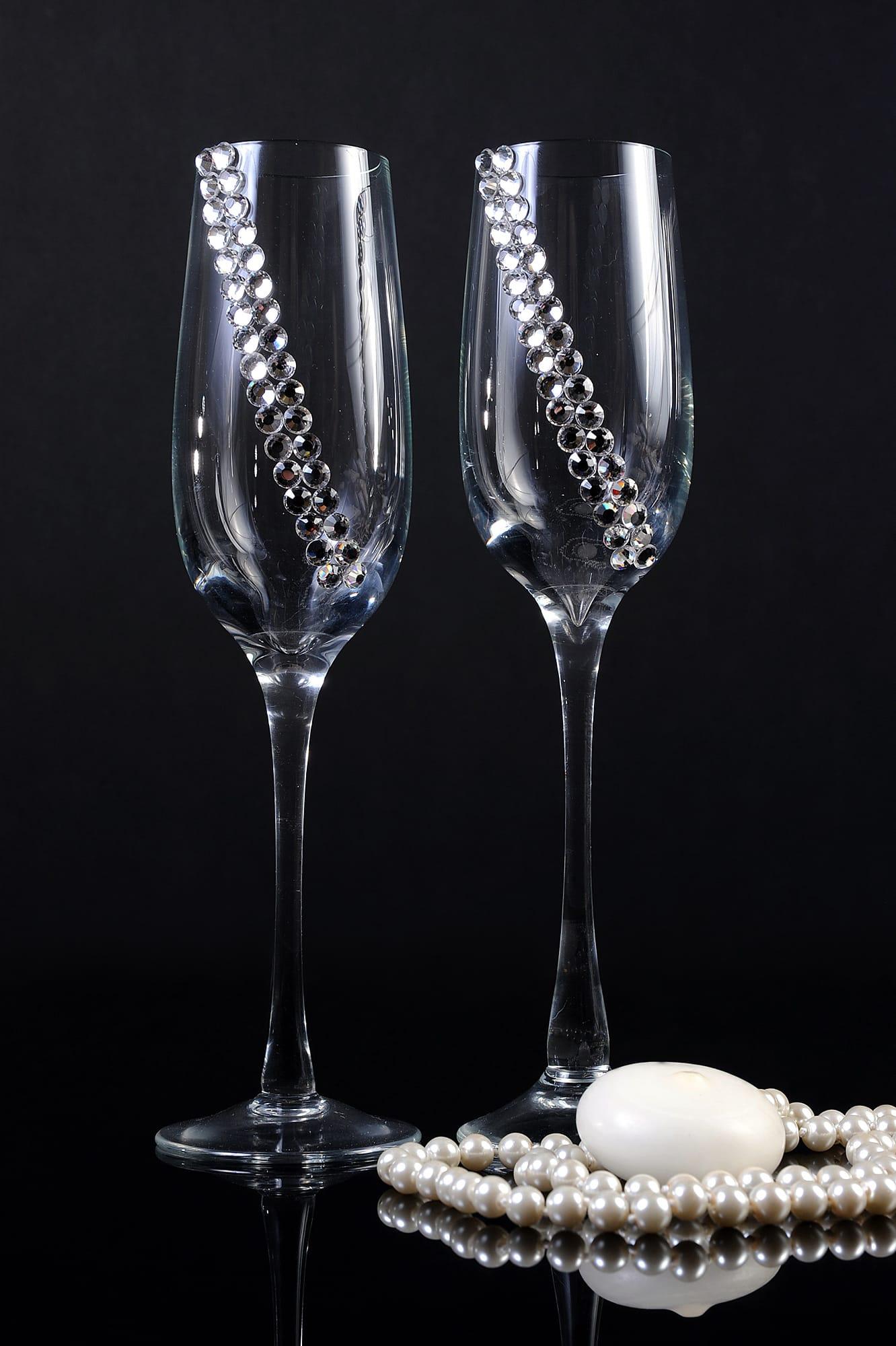 Прозрачные свадебные бокалы с отделкой из крупных серебристых стразов.